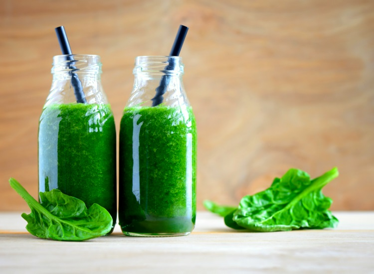 Green smoothies with straws