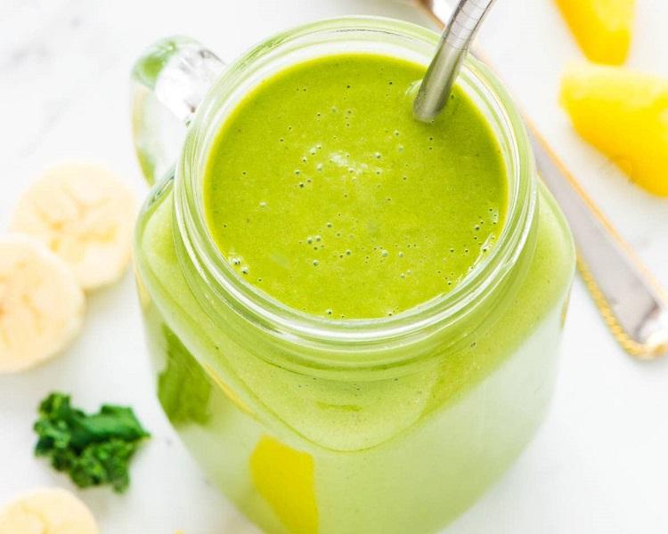 Kale pineapple breakfast smoothie